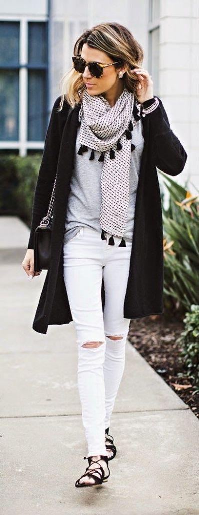 preto, branco e cinzento: jeans justos + t-shirt larga + lenço com berloques + casacão preto