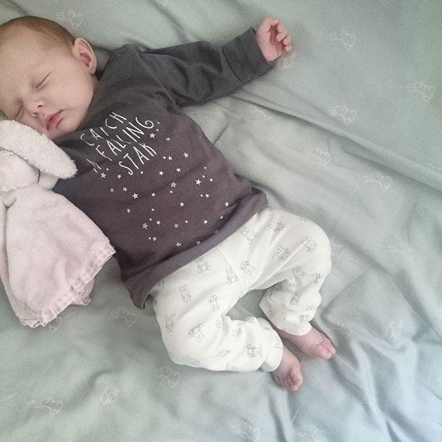 Nareszcie śpi...😍💞👏 Mam jakieś 2 godziny i teraz pytanie - maile,wpis obróbka zdjęć,ogarnianie mieszkania,zakupy,obiad czy...drzemka po nieprzespanej nocy?  Oh wait! Jaka drzemka,zapomniałam,że mam jeszcze trzylatkę...😜 #sleeping #naptime #sleepingbaby #Mia #Babygirl #mybaby #babyfashion #babyphoto #igdaily #igkiddies #effii