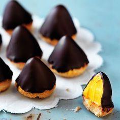 Till det yttre är detta inget annat är små söta minibiskvier doppade i mörk choklad. Ta en tugga och det guldgula innanmätet blottas – en len smörkräm med tydlig smak av saffran och apelsin. Oemotståndliga munsbitar att duka upp på julens gottebord!