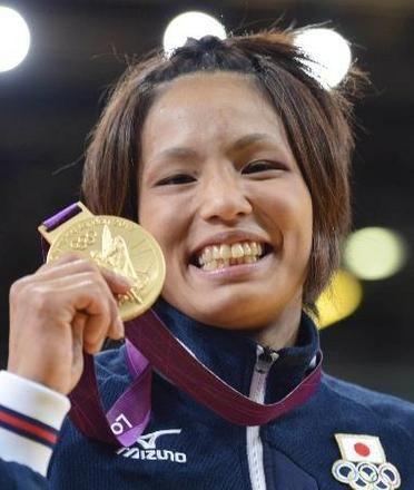 女子57キロ級で優勝し、金メダルを手に笑顔を見せる松本薫=エクセル(共同)