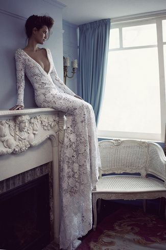 E 'un abito a maniche lunghe, realizzato in pizzo bianco con nudo sotto. E 'l'immagine in cui il modello è seduto su una mensola. Questo è un disegno molto complicato, a base di pizzi fatti a mano, con le perle in tutta la scollatura e schiena e bordatura nelle spalle.
