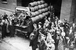 After the annulment of the Prohibition a truck with beer barrels delights the crowd, New York, USA, Photograph, Around 1930. Photo by Imagno/Getty Image - Photo by Imagno/Getty Image
