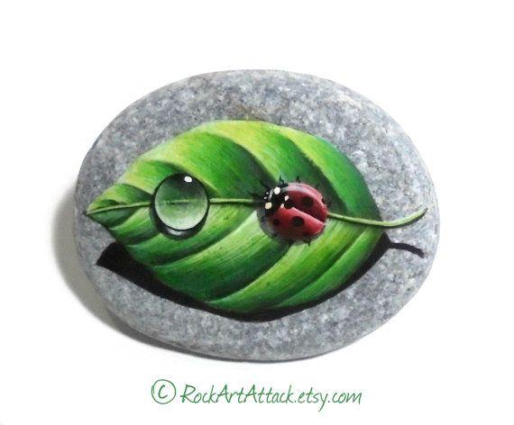 Dettagliato di pietra pittura coccinella rossa e di RockArtAttack