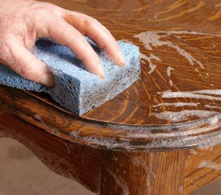Сначала уберите лишние детали, которые мешают обновлять мебель. Чтоб не повредить вещь во время ремонта, нужно обклеить боковые стороны и дно фетром. Все детали, которые шатаются лучше укрепить, …