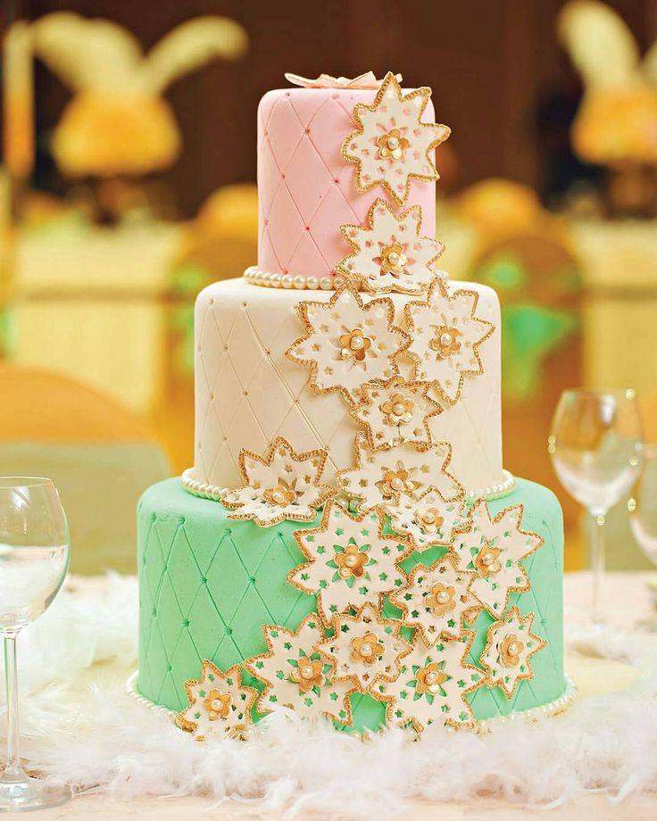 Aplikasi berupa mutiara di tengah ornamen bintang pada kue pengantin berwarna pastel menambah kesan indah di hari bahagia.  Photographer. @yuniarjohan Wedding Cake. @eiffelcake  Courtesy of Bella Donna The Wedding ed.37  #weddingcake #threetierweddingcake #weddingcakes  #weddinginspo #beautifulcake  #weddingparty #weddingideas #wedcake #wedcakeinspo http://gelinshop.com/ipost/1521035323441612049/?code=BUbzZFgjwUR