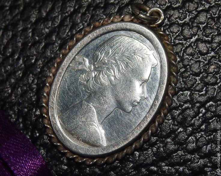 Серебряный кулон с монетой 1960-е годы Европа.