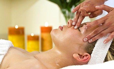 Viele ätherische Öle wirken stark antioxidativ und eliminieren auf diese Weise die Hauptursache von Falten und müder Haut. Lernen Sie die wichtigsten ätherischen Öle und ihre Anwendung in der erfolgreichen Anti-Aging-Hautpflege kennen.
