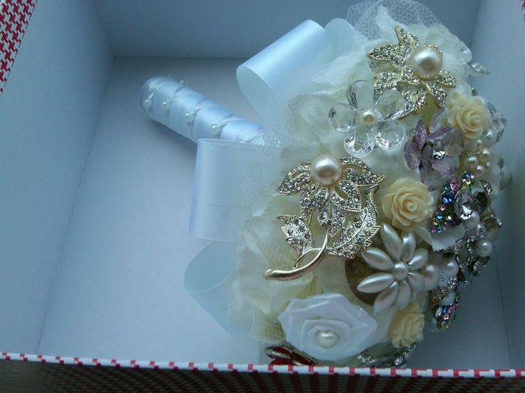Buquê de broches. <br> <br>Composto de broches em tons de prata e dourado cravejados em strass, flores e pérolas. <br> <br>No cabo do buquê tem acabamento em cetim, renda e fio de pérola. <br> <br>A escolha do buquê de noiva é tão importante quanto a escolha do vestido. <br>Os bouquets são personalizados e montados de acordo com o gosto da noiva. Eles são únicos sendo que nunca existirá um buque idêntico ao outro. <br> <br>Os valores do buquê e as respectivas medidas: <br> <br>45cm…