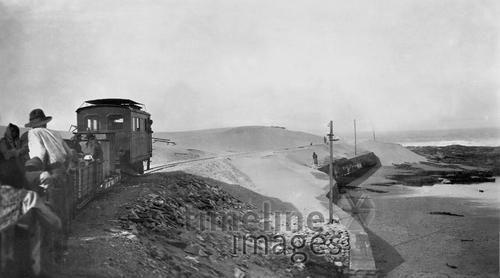 Eisenbahnlinie Pomona-Bogenfels in Deutsch-Südwestafrika, 1914 Timeline Classics/Timeline Images #Eisenbahn #Zug #Züge #Bahn #Schienen #Train #Railroad #Railway #Transport #Technologie #Namibia #Kolonialismus #Kolonie #Pomona #Dünen #Bogenfels