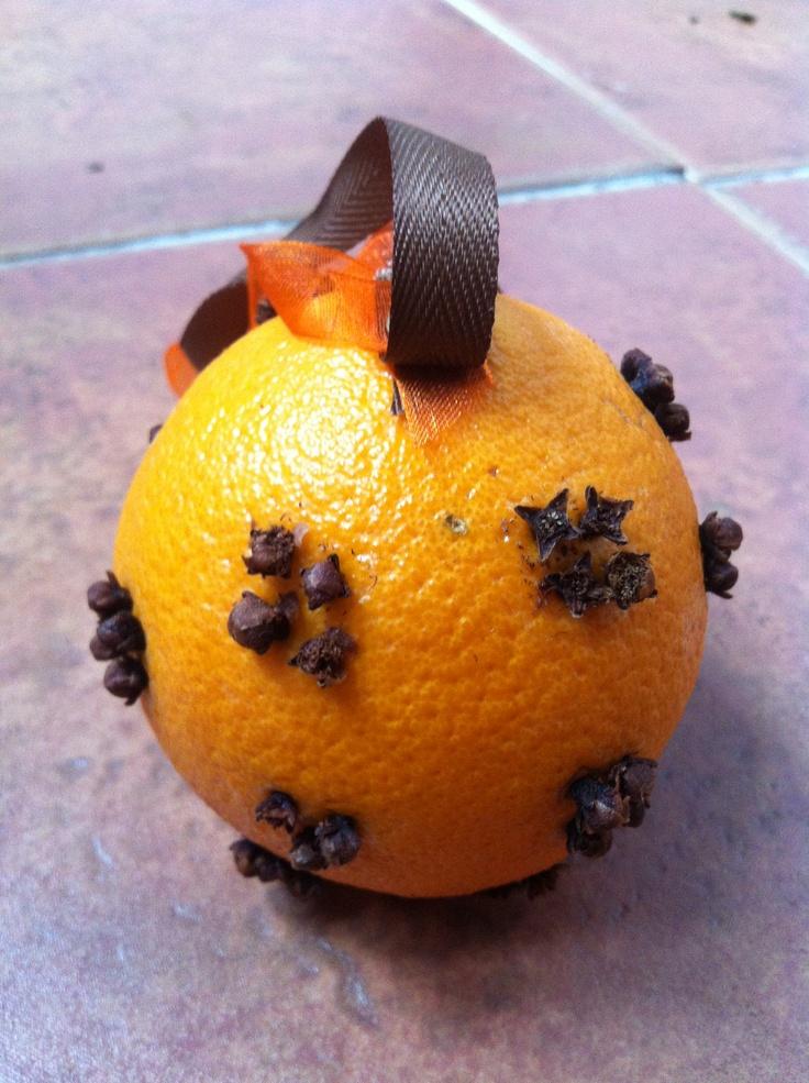 Sinaasappel met kruidnagel voor een overheerlijke herfst geur in huis..
