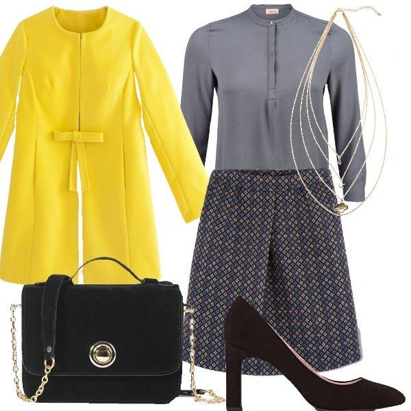 Outfit autunnale: gonna grigia in minuta fantasia blu e gialla abbinata ad una…