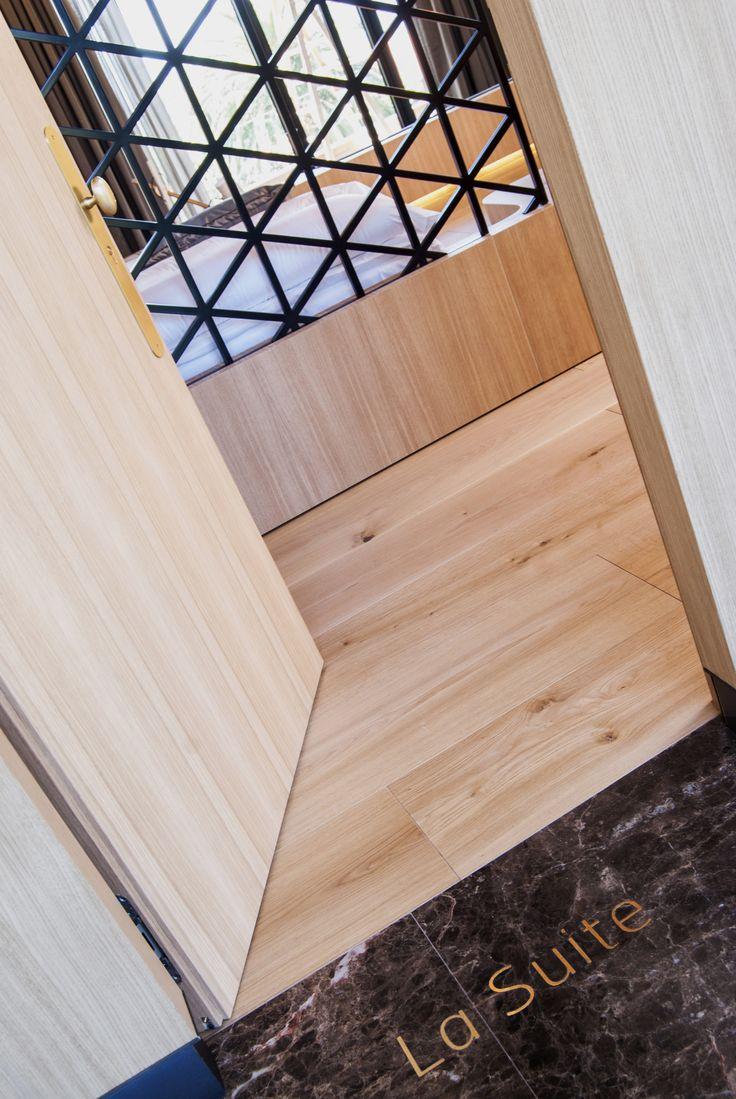 La señaléctica de la Finca Montesqueiro se ha incrustado en el suelo de manera que no desvirtúa el ambiente del espacio y le aporta un toque diferente al diseño.Diseño por mas·arquitectura