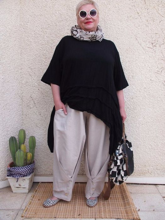 ASYMETRICAL TUNIC IN BLACK WITH BONE TROUSERS AND PRINT SCARF