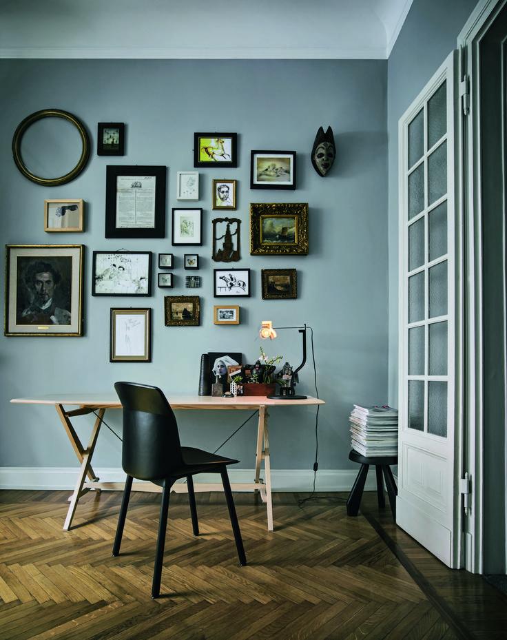 Donkere hongaarse punt houten vloer met een mooie licht grijs/blauwe kleur op de muur!