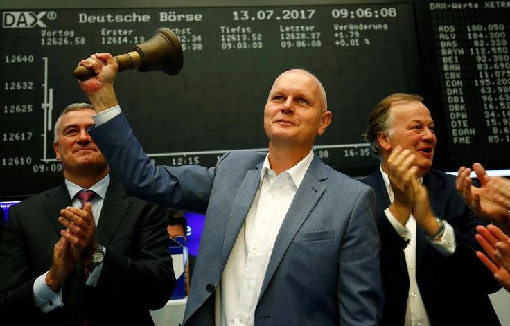 German retailer Metro completed its split into two companies on Thursday as its food business and consumer electronics division started trading independently on the Frankfurt and Luxembourg stock exchanges.