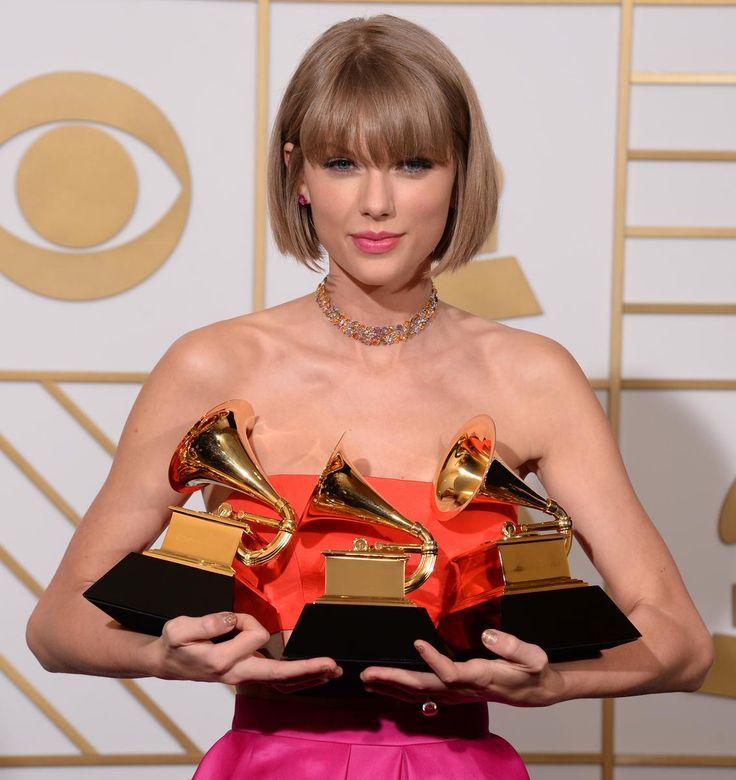 Vous avez dit carré à frange droite ? On pense immédiatement à l'iconique Anna Wintour. La rédactrice en chef du Vogue US a fait de son immuable coiffure un signe distinctif, et ce depuis des années. Moins fidèles, de nombreuses starlettes l'ont, elles aussi, adopté le temps d'une saison, d'un film ou même d'une soirée. À l'instar de Taylor Swift, dernière en date à l'avoir affiché lors des Grammy Awards. Le signe d'un probable retour en grâce ?