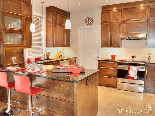 Superbe cuisine de style rustique portes en merisier for Moulure armoire cuisine