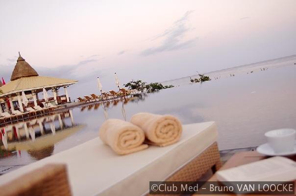 Het weelderige zwembad met overloop zorgt voor de ideale hoeveelheid zen tijdens een vakantie op Mauritius.
