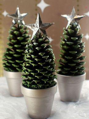 weihnachtsdekoration grünbemalte zapfen silberne sterne
