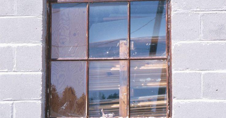 Cómo limpiar el óxido del vidrio. El óxido no se desarrolla en el vidrio, pero las manchas de óxido pueden gotear sobre las ventanas de vidrio desde las lámparas de metal oxidadas. Puedes eliminar las manchas de óxido con limpiadores y productos caseros simples. Nunca utilices raspadores de metal o esponjas gruesas de acero para limpiar el vidrio ya que esos elementos pueden ...