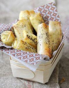 Recette Cigares aux fromages : 1. Allumez le four à 180 °C (th. 6). Hachez grossièrement les noix.2. Mettez le fromage frais dans un grand bol et lissez-le �...
