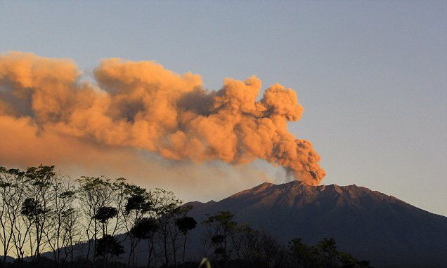 An ash cloud over Bali has caused more flight cancellations #DailyMail