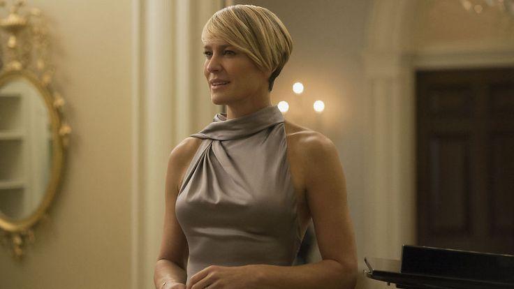 GALLA: Claire Underwood får alltid mange komplimenter når hun kler seg i flotte gallakjoler – denne kreasjonen er fra Ralph Lauren, og dukket opp i sesong tre. Foto: Netflix Robin Wright en av mine favoritt skuespillere :)