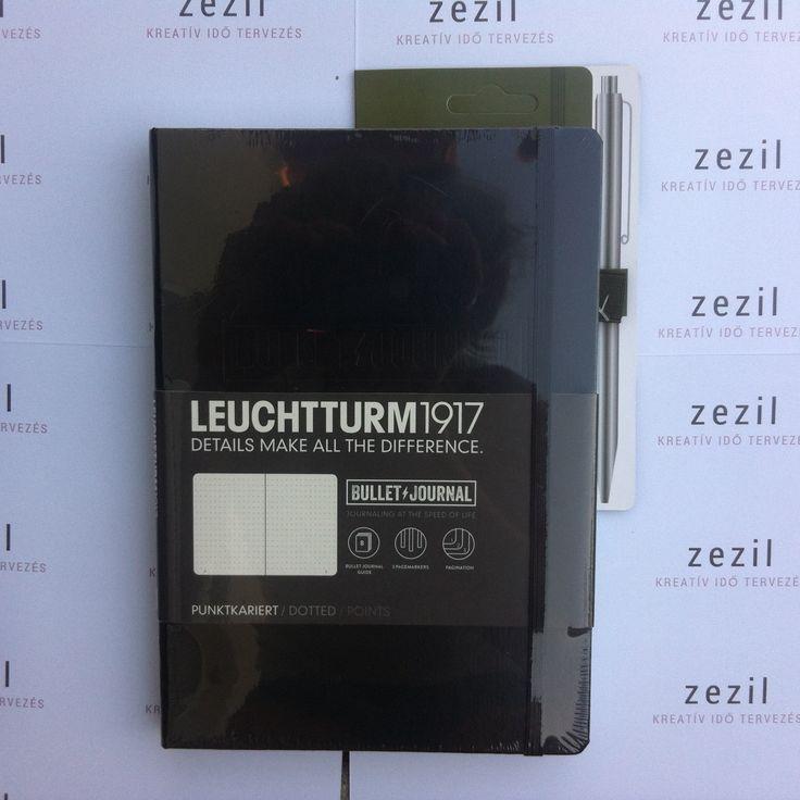 Fekete színű Leuchtturm1917 Bullet Journal katonazöld színű tolltartó gumival.    Leuchtturm1917 | pen loop | zezil