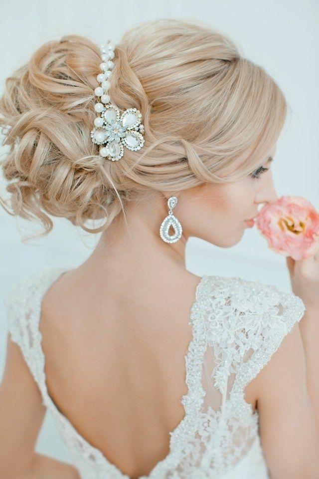 coiffure mariage cheveux longs - gros chignon décoré d'un bijou en perles