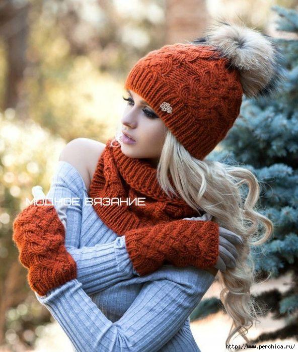 Этот комплект состоит из шарфа-хомута,шапочки с меховым помпоном и митенок.Комплект фабричный,но связать его умелой вязальщице ничего не стоит,тем более когда есть все схемы и описания.Скоро будет холодать,так что нужно браться за спицы,чтобы к морозам связать себе новый потрясающий наряд.