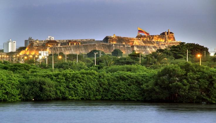 Castillo de San Felipe, Cartagena. Desde la colonia española, esta edificación fue verdaderamente importante para frenar y defender a la heroica de los ataques piratas. Aún sobrevive en perfecto estado  y te invitamos que la visites. ¡Nuestra historia nos define como somos ahora!