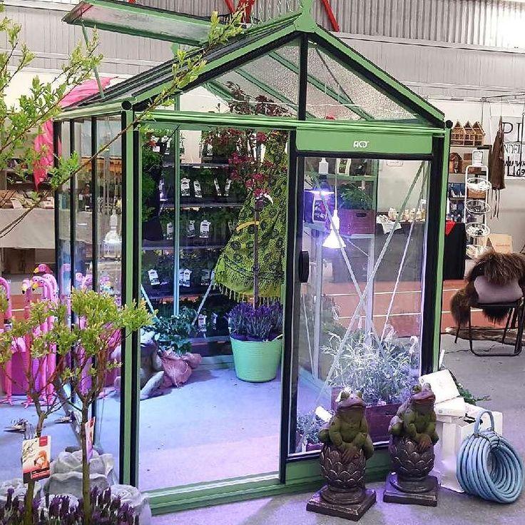 Nu är ett av de fina Piccoloväxthusen monterat och klart på Luleåmässan där vi finns tillsammans med vår återförsäljare och partner för våra växthus i norr; Piteå Handel & Trädgård. Varmt välkommen dit och hälsa på oss känn och upplev den fantastiska kvaliteten på våra växthus och lyssna på vårt föredrag om växthus på Trädgårdsscenen kl 16-17 alla dagar. Mässan har öppet 5-7 maj