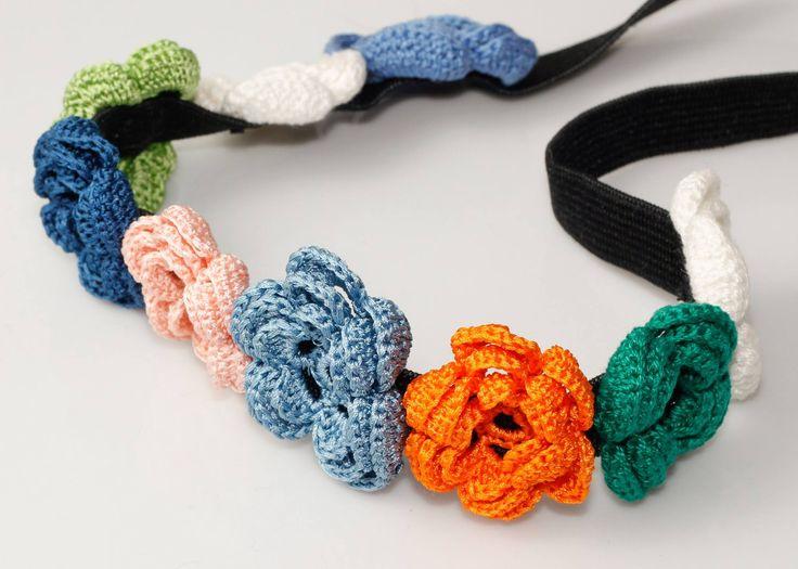 Bentita elastica cu flori crosetate
