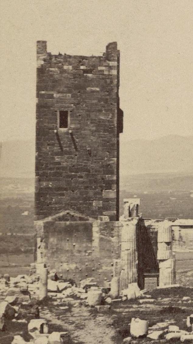 Ο Φράγκικος Πύργος στην Ακρόπολη. Κατεδαφίστηκε το 1874. Ο Πύργος έμελλε να είναι η φυλακή που σημάδεψε το τέλος του γενναίου Οδυσσέα Ανδρούτσου. Ο Έλληνας οπλαρχηγός δεν φυλακίστηκε από τους Τούρκους αλλά από τους πολιτικούς του αντιπάλους. Στις 5 Ιουνίου 1825 ο Ανδρούτσος δολοφονήθηκε από άντρες του Γκούρα στο κελί του και το άψυχο σώμα του πετάχτηκε στα βράχια της Ακρόπολης....