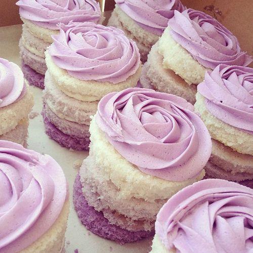 Cupcakes lila para boda. Foto: Meringue Bake Shop