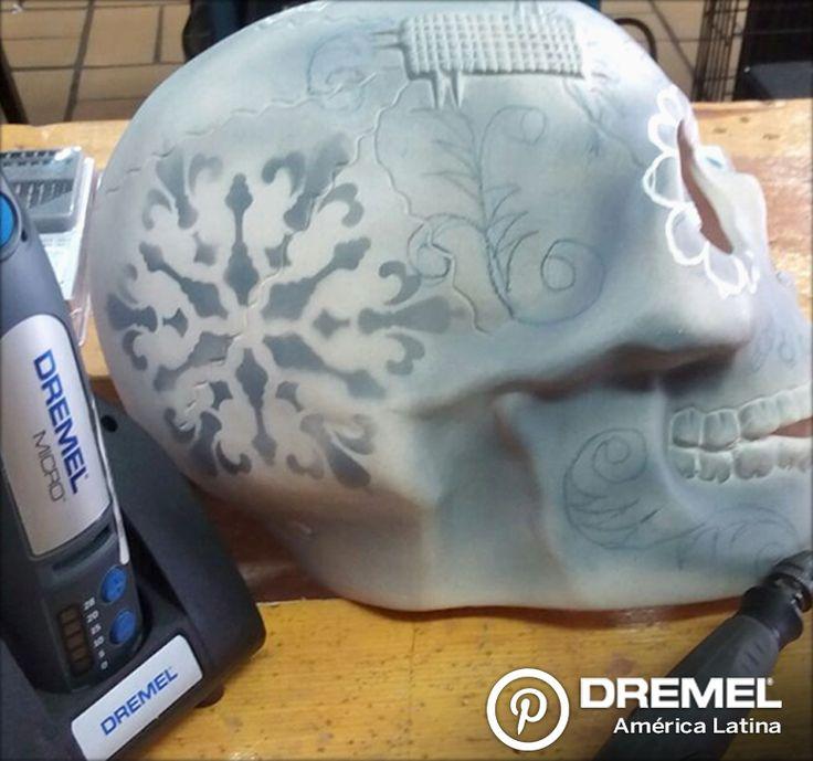 Paso 3) Pintar la cerámica con el acrílico gris acero cuidando que el dibujo siga visible.