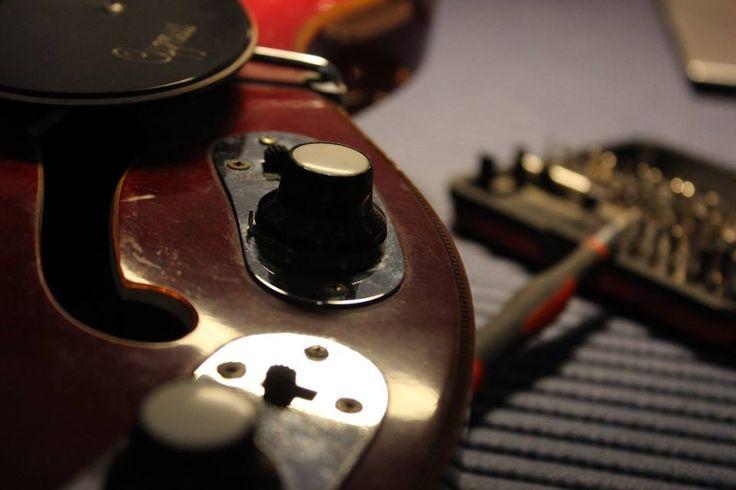 Vintage 1960's EKO Cygnus model hollowbody electric guitar with Repeat Percussion, Distortion and Treble/Bass Boost effects.  #bedinicustomguitars #Ferrara #EkoCygnus  Seguimi sulla mia pagina Facebook: www.facebook.com/BediniCustomGuitars