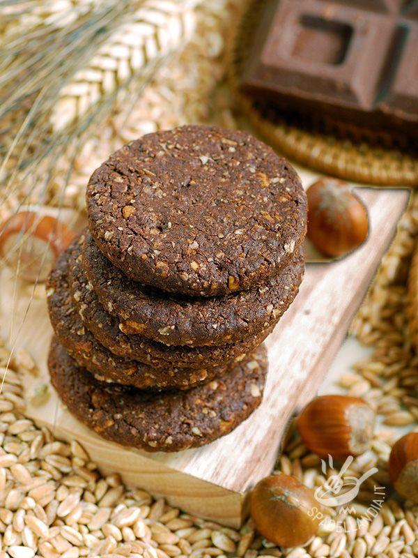 Conservate i Biscotti di farro, nocciole e cioccolato vegan in una bella scatola di latta per qualche giorno, o fatene un pensierino: sarà graditissimo! #biscottivegan