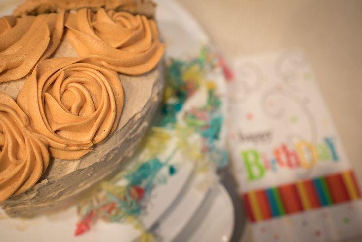 Snickerdoodle-Kuchen mit dem Zimt-Buttercreme-Bereifen