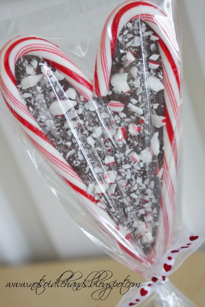 Cute gift for the holidays! Just melt chocolate between 2 candy canes for an adorably cute gift! (Great for teachers, co-workers)