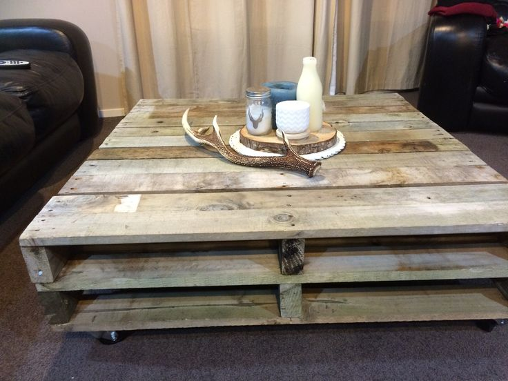 Pallet coffee table with candles on wood ring
