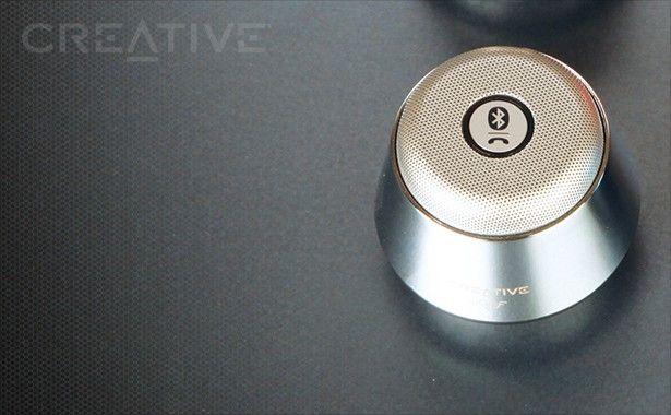 Analogowe urządzenie audio możesz podłączyć do wejścia audio głośnika za pomocą znajdującego się w zestawie kabla 3,5 mm Aux-in.