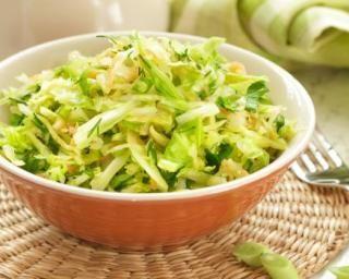 Salade minceur aux trois choux : http://www.fourchette-et-bikini.fr/recettes/recettes-minceur/salade-minceur-aux-trois-choux.html