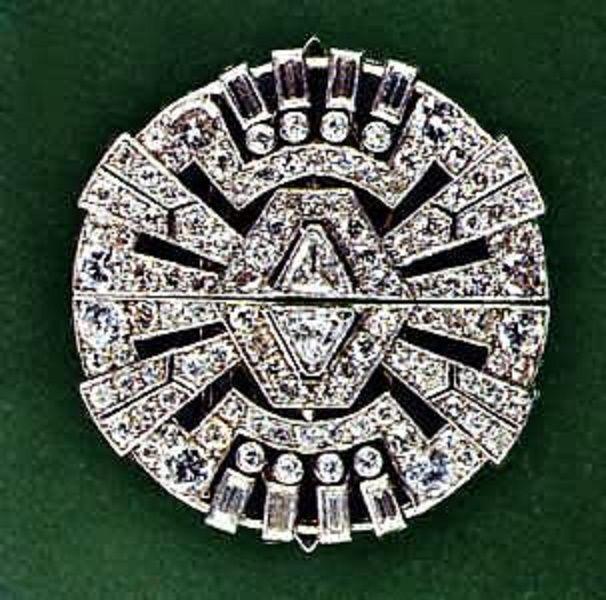 """Janesish Art Deco Broche (1930 Platino, brillanti e baguettes Broche di gusto geometrico a raggiera montata su base smontabile, impreziosita da due diamanti taglio triangolare e da 8 baguettes laterali. Sollevando le due linguette posteriori, alleggerite da una lavorazione a """"traforo"""", si ottengono due clips, solitamente applicate alla estremità della scollatura o sui revers delle giacche. (4 cm - 26 gr - ca 15 ct)"""