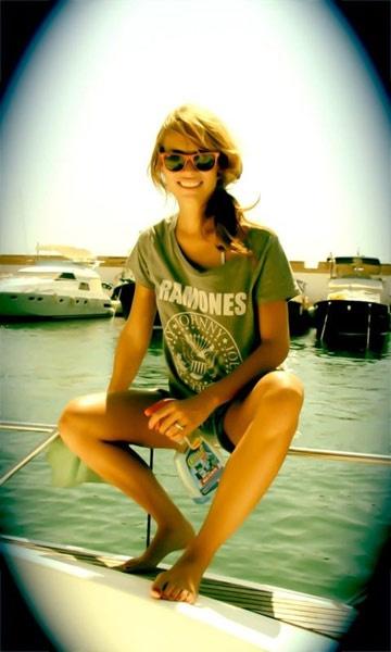 Patricia Conde no se quita su gafa de sol wayfarer rosa ni para limpiar el barco!