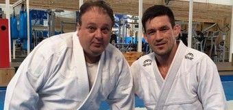 Érick Jacquin com o lutador Demian Maia, dono da academia de jiu-jítsu usada pelo programa - Reprodução/Facebook