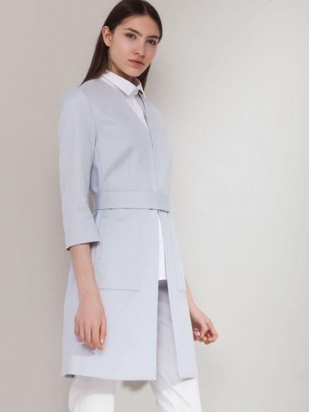 Жемчужно-серый плащ из фактурного хлопка с боковыми карманами и поясом на кнопках