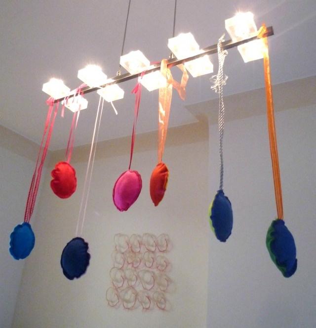 Vilten kerstballen aan de lelijke lamp boven de tafel