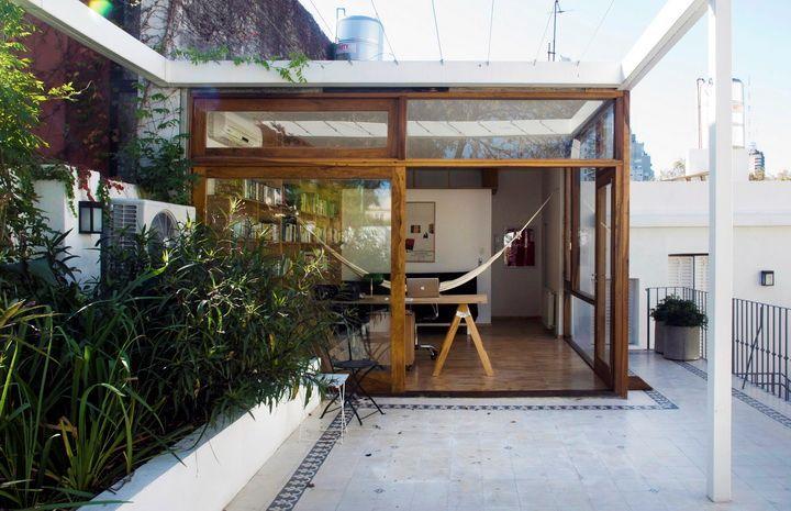 En la terraza del PH se construyó un ambiente extra que sirve de estudio. Se respetó la estética del resto de la vivienda, con grandes ventanles de madera que lo integran a la terraza. También se creó un sector con un cantero.