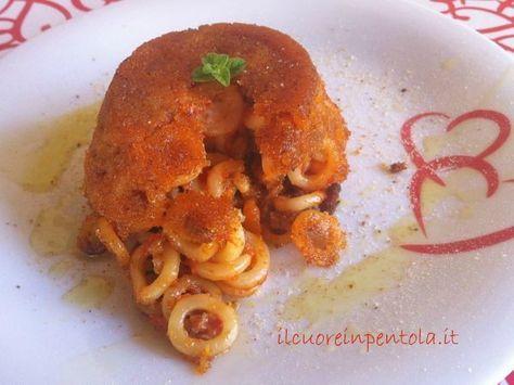 Il timballo di anelletti è una ricetta tipica siciliana, un timballo di pasta a forma di piccoli anelli condito con ragù di carne e cotto in forno...